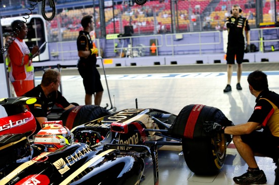 Pastor Maldonado, Lotus E22 Renault, prepares to leave the garage